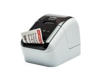 QL800 on uutuusmalliston pienin ja edullisin etikettitulostin. QL800:n tulostusnopeus on noin 92 tarraa minuutissa.
