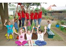 Kinder der Villa Kunterbunt mit dem Sparkassenteam