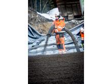 På grunn av forholdene på anlegget er 4000 kubikkmeter Leca blåst i fyllingene i stedet for å bli lagt ut med gravemaskin
