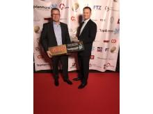 "To stolte MANfolk, Sales manager Jan Mølleskov Nielsen (tv) og MAN Varebilchef Nicolai Sperling (th), med det synlige bevis på titlen som ""Årets varevogn 2017"""