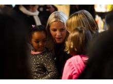Kronprinsesse Mette-Marit satte seg ned med barna.
