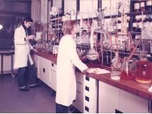9_1978ca096 Arbeitsplatz im chemischen Labor