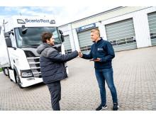 Markus Hennig, Speditionsleiter des Transportunternehmens Thomas Kind, und Scania Rent Mitarbeiter Pius Röhrig