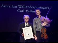 Carl Vallin mottar 2019 års Jan Wallanderpris av prorektor Staffan Scheja. Foto: Stefan Nilsson.