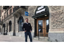 Mikael Dahnelius utanför Sundsvall City-butiken