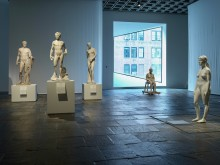 """Charles Ray """"Aluminum Girl"""" på The Met Breuer i New York"""
