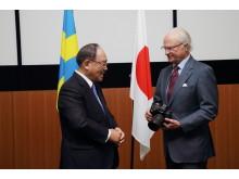 HM Konungen och Mr Mitarai Chairman och Chief Executive Canon HM Konungen håller i Canons EOS- 1DX Mk II