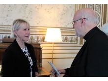 Anders Arborelius i samtal med Margot Wallström.