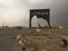 IRAK – En sönderriven IS-flagga efter att Irakisk militär tvingar bort IS från platsen.