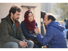 Asghar Farhadi instruerar  Shahab Hosseini och Taraneh Alidoosti under inspelningen av sin dramafilm The Salesman.
