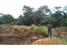 Gerilla soldat vid guldgruva i Oriental, nordöstra Kongo-Kinshasa