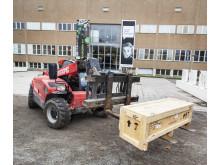 Digital Revolution, den första lastbilen med utställningslådor lastas av.