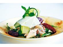 Oliv- och tomatpasta med yoghurt och hyvlad Fetaost