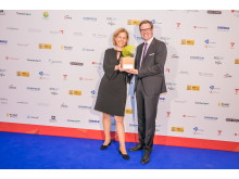 Marion Stemmler, Corporate Social Responsibility & PLANET 21 bei AccorHotels, und Sascha Dalig, Vice President Operations Franchise, mit dem Green Franchise Award 2018