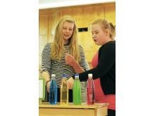 Kissamaan koulun kuudesluokkalaiset Camilla ja Milja keskustelevat Arkisirkus-tapahtumassa, minkäväristä juomaa he mieluiten joisivat ja mitä eivät joisi lainkaan