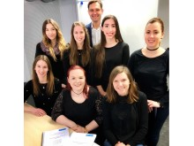 Die Studentinnen der Hochschule Fresenius mit Studiendekan Prof. Dr. Andreas Beivers