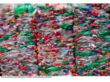 Muovipulloja pullosta-pulloon -muovinkierrätyslaitoksella Itävallassa