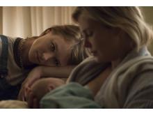 Mackenzie Davis kommer till Charlize Therons undsättning som effektiv nattnanny i Jason Reitmans film Tully.