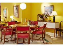 Det runda matbordet i valnöt och mahogny formgavs av Josef Frank för Svenskt Tenn cirka 1940