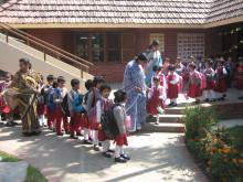 Die Grundschüler der Hermann Gmeiner-Schule vor einem Ausflug.