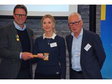 Mats Årjes lämnar över ordförandeklubban till Karin Mattsson