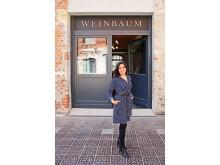 Weinbaums - Gründerin Bárbara Giménez Weinbaum vor der Produktionsstätte im Westwerk