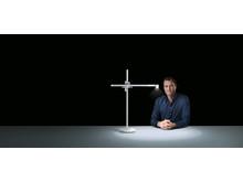 Jake Dyson, Chief Engineer avec Dyson Lampe de bureau Lightcycle_blanc/argent