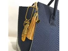 Accessoar till väskan / Nyckelring - Fjäder, på väska