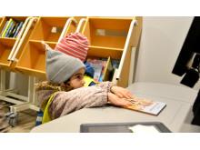 Anna lär sig låna böcker på Alingsås bibliotek.