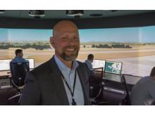 PÅ PLASS I SIMULATOR: Direktør for tårntjenester i Avinor Flysikring, Snorre Andresen, på plass i simulatoren hvor norske flygeledere skal øve på å kontrollere flytrafikken ved norske lufthavner.