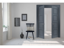 Sadolin snickerifärg, stolen är målad i kulören Starry night, dörren och dörrkarmarna är målad i kulören Dusy blue.