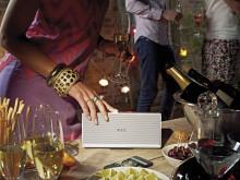 Elegant fremstillet i aluminium, og tilgængelig i henholdsvis Alu-sølv og Alu-sort, er Loewe Speaker 2go kun 24 cm lang og 5 cm tyk.