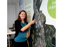 Cecilia Löfgreen markerar sin favoritplats i Järfälla - Samrådsutställning