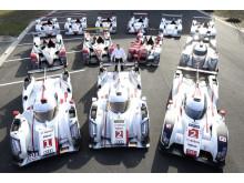 Tom Kristensen sammen med de 13 Le Mans vindere på Audis anlæg ved Neuburg