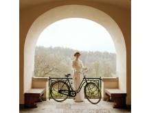 Tyresö-slott,-statister-i-tidsenlig-klädsel,-cykel.-foto-Peter-Segemark