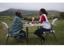 En patientrådgivare upplyser en kvinna om hiv i Swaziland.
