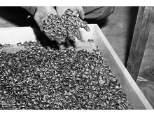 I maj 1945 hittades tusentals vigselringar av amerikanska trupper nära Bruchenwald.