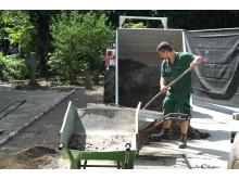 Öczan Pekin bei den Vorbereitungen für das Azubi-Projekt im Kinderbauernhof Neuss