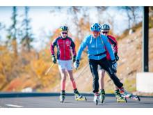 Anita Moen på rulleski med idrettselever i Trysilfjellet