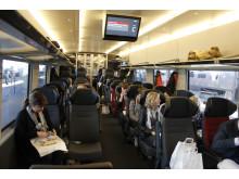 Folk på tåget vid invigningen i Göteborg