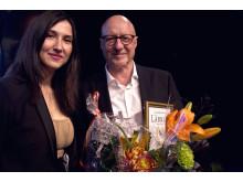 Aida Hadzialic delar ut SLFF:s Lärkanpriset 2015 till Börge Ring