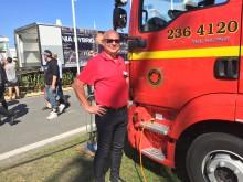 Peter Winbo bredvid brandbilen från MAN. Snart rullar den upp till nacka för tjänstgöring i Södertörns brandförsvarsförbund.