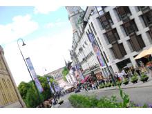 I dag er Oslos paradegate gjort klar for EuroPride-festen. Karl Johans gate er dekorert med EuroPride-bannere.