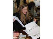 Camilla Somero, en av Inredningsskolans elever som stylar Studiefrämjandets monter på Nordiska Trädgårdar