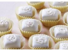 Marcipan med lakrids overtrukket i hvid chokolade