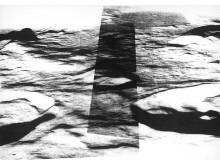 Månen av Magdalena Nilsson, fotografi på porslin i utställningen DET ÄR ENKELT SOM ETT BERG ÄR ENKELT, hos Konsthantverkarna