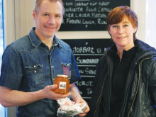 Chef Rune Kalf Hansen with beekeeper Maria Sundin.