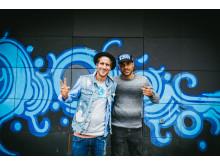 Viva con Agua Mitbegründer Michael Fritz & David Odonkor vor Streetart by ZEZAO in Hamburg