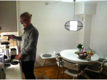 Mikael Wallsbeck gör kaffe inför kvällsföreläsningen
