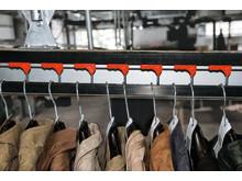 Hængende conveyorsystem til bøjler anvendes til tøj af særlig høj kvalitet